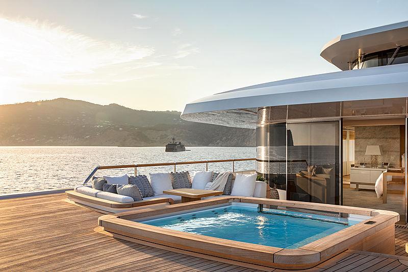 Lonian yacht jacuzzi