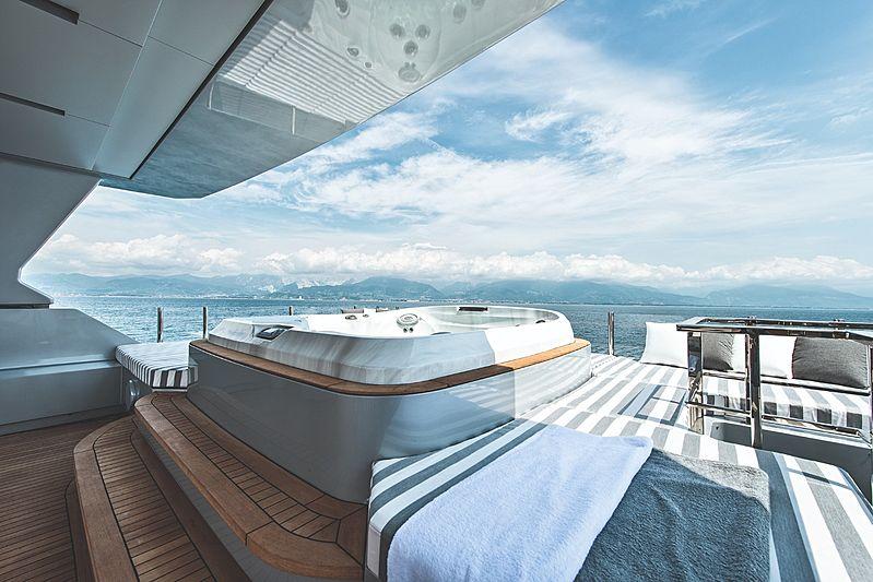 Modus yacht jacuzzi