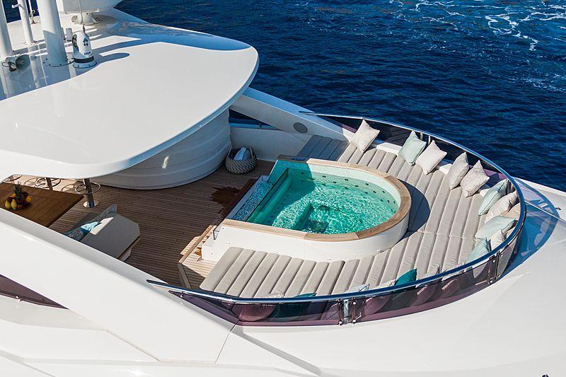 Angelus yacht jacuzzi