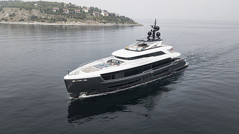 Virtus yacht running