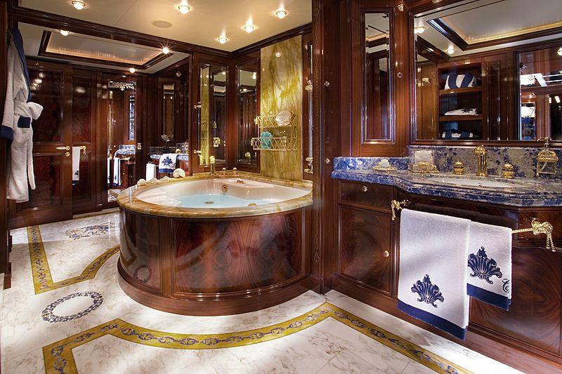 Blue Eyes London yacht bathroom