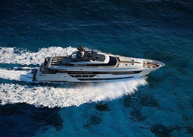 O yacht cruising