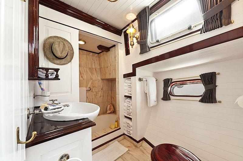 Tigerlily of Conrwall yacht bathroom