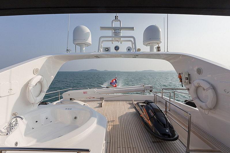 Mia Kai yacht flybridge