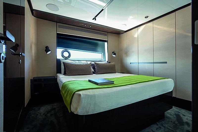 Azimut Grande S10 stateroom