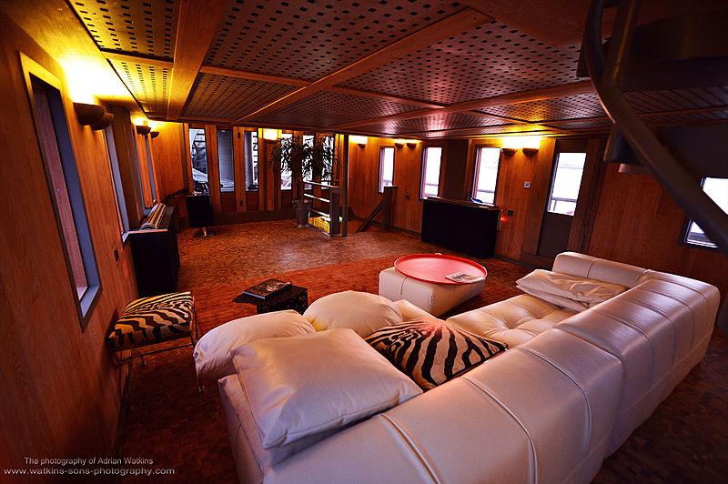Mojo yacht saloon