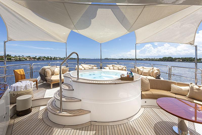 MAG III yacht jacuzzi