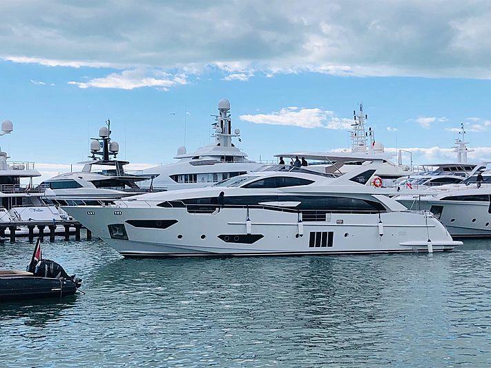 SHABBY yacht Azimut