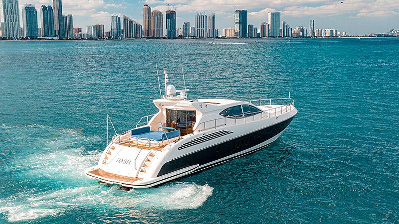 Dash yacht cruising