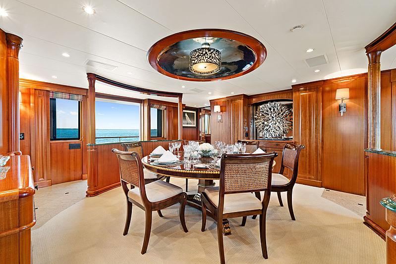 M4 yacht dining