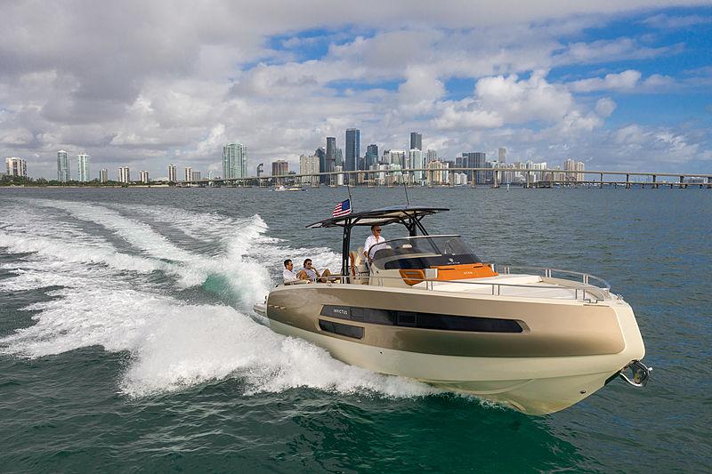 INVICTUS GT 370 tender Invictus Yacht