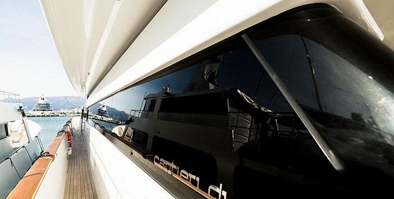 Zoo yacht sidedeck