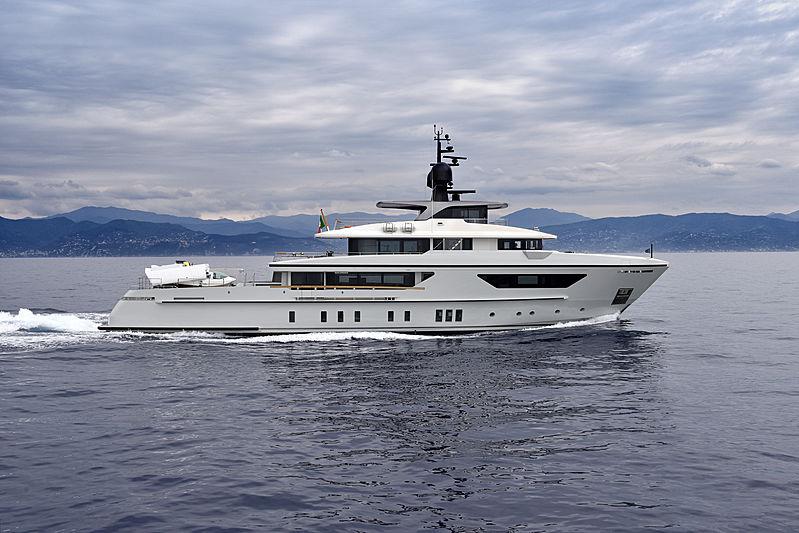X yacht cruising