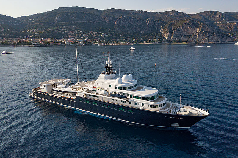 Le Grand Bleu yacht anchored