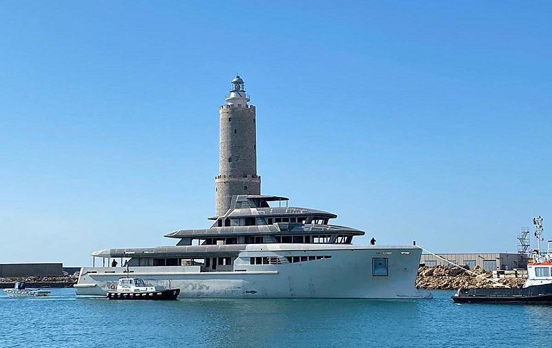 Supernova 55 yacht arriving at Lusben