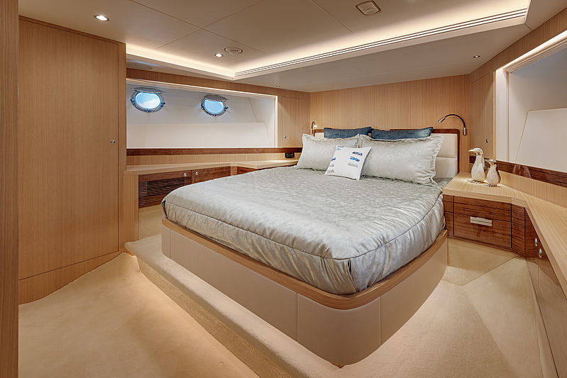 Horizon FD80/601 yacht interior