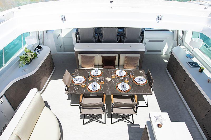 Yalla yacht saloon