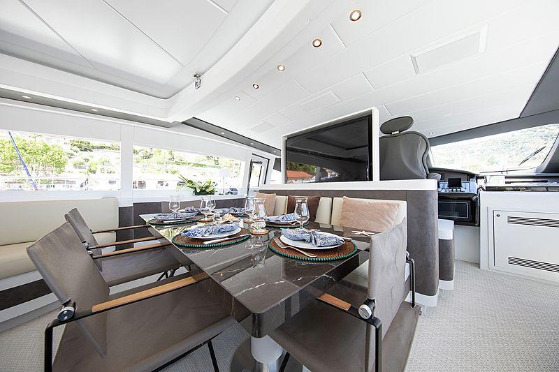 Yalla yacht dining table