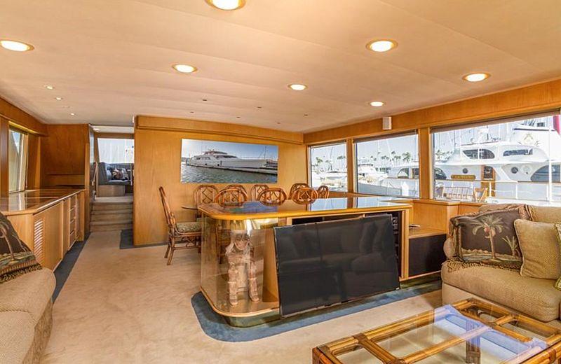 Dun Diggin yacht saloon