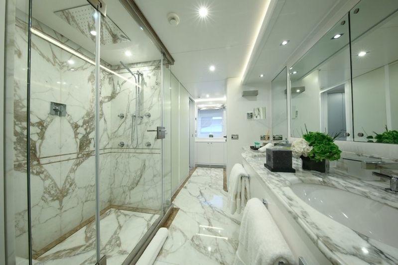 Elinor owner's bathroom