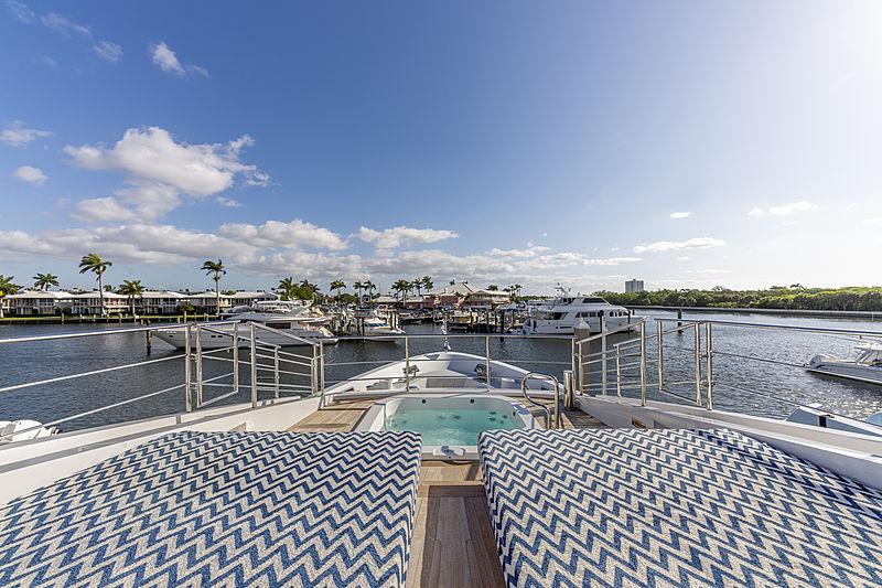H yacht fordeck