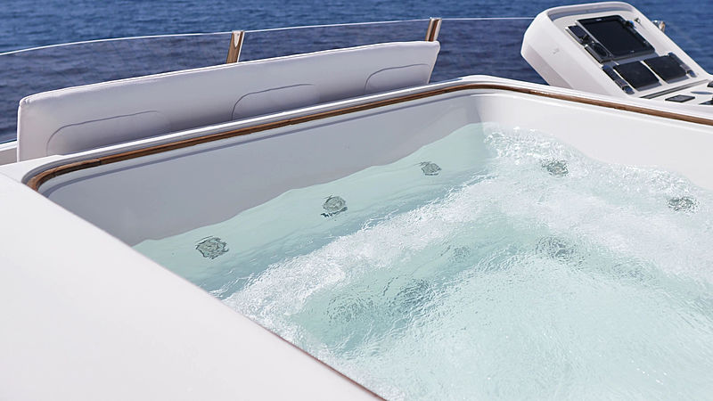 Piacere yacht jacuzzi