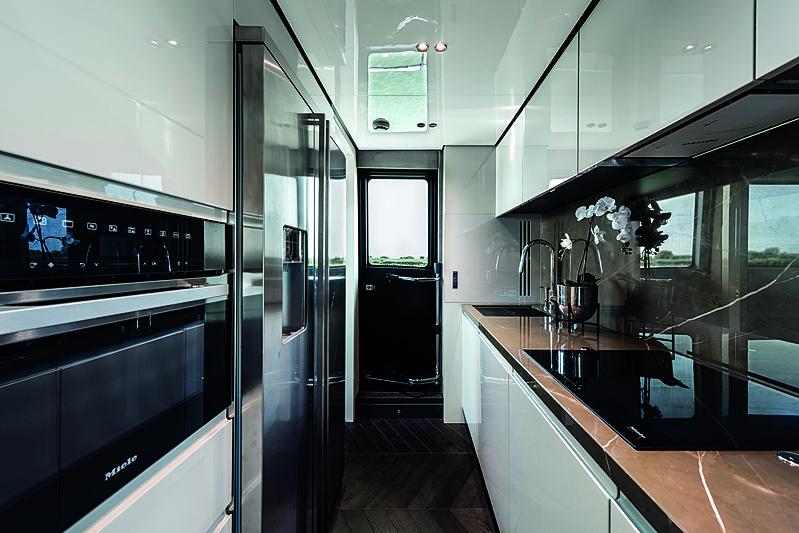 Cranchi Settantotto 78 yacht interior