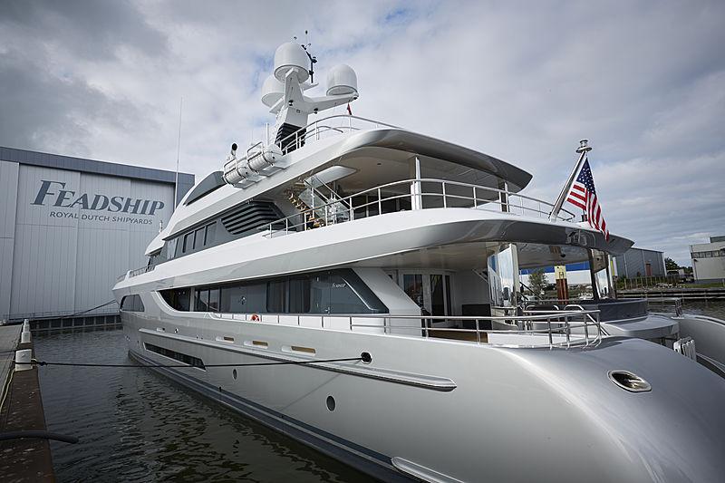 W yacht in Makkum