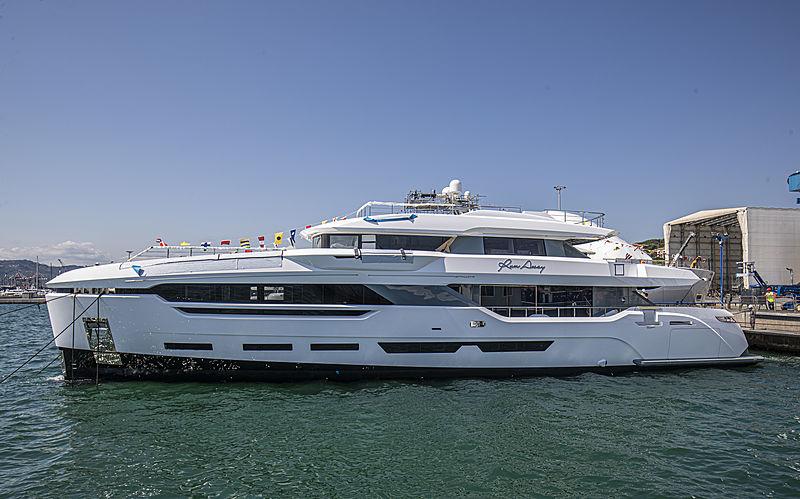 Run Away yacht launch in Avenza