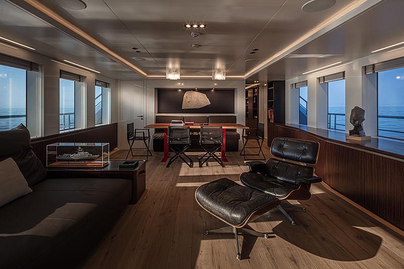 K-584 yacht saloon