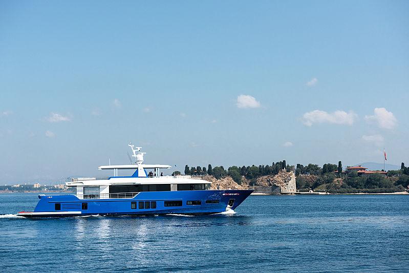 Piccolo yacht cruising