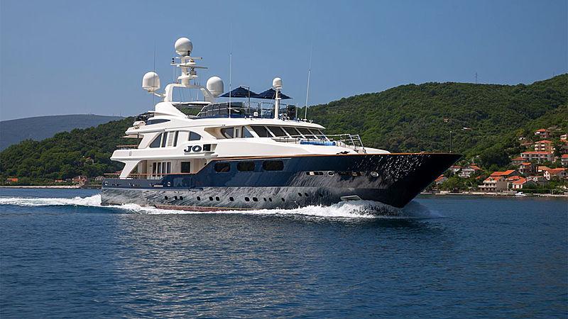 Jo yacht running