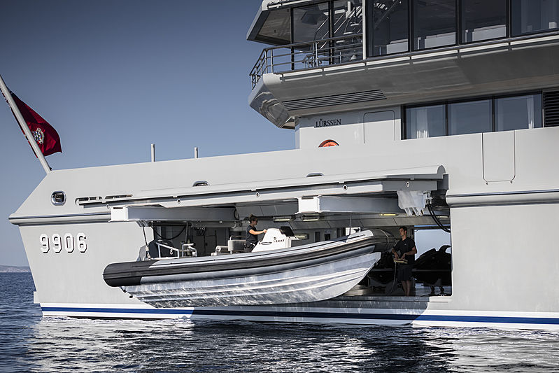 Skat yacht by L眉rssen tender garage
