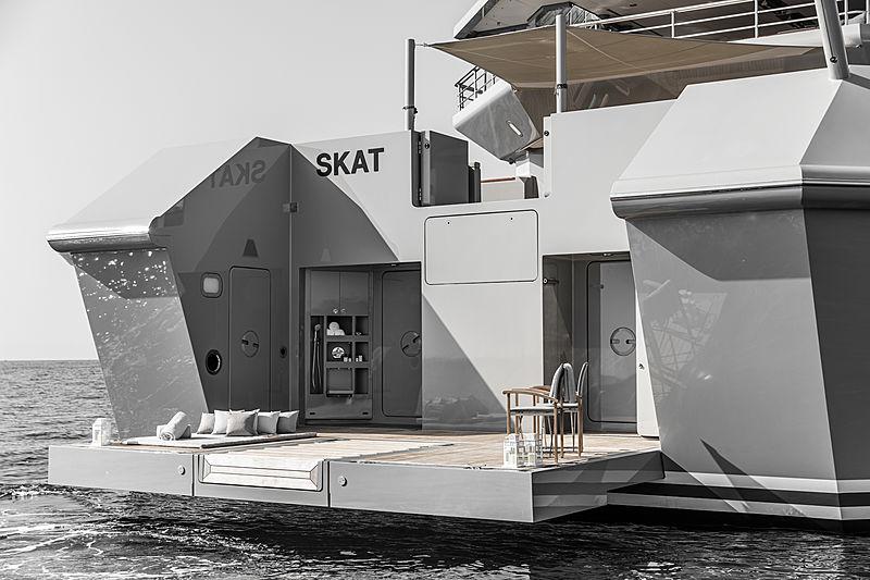 Skat yacht by Lürssen beach club