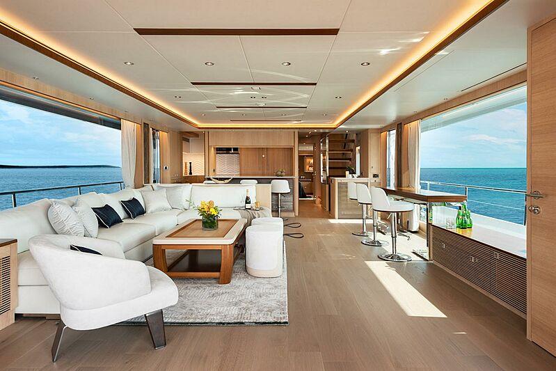 Horizon FD80/03 Skyline yacht saloon
