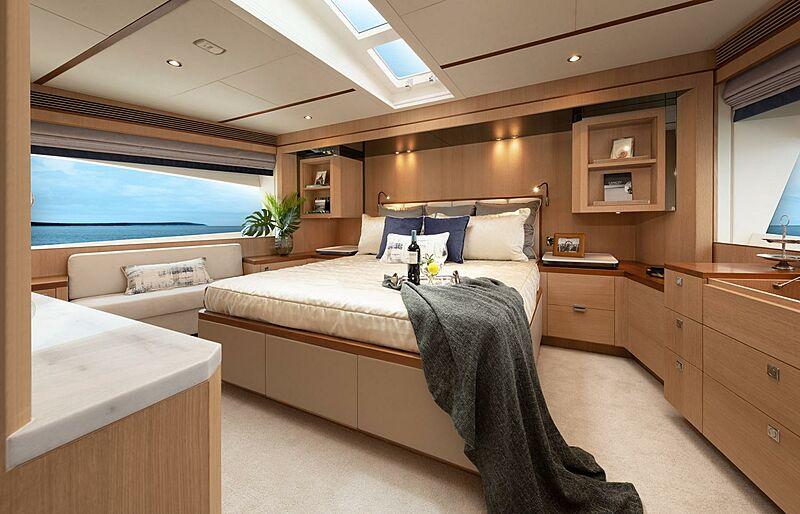 Horizon FD80/03 Skyline yacht stateroom