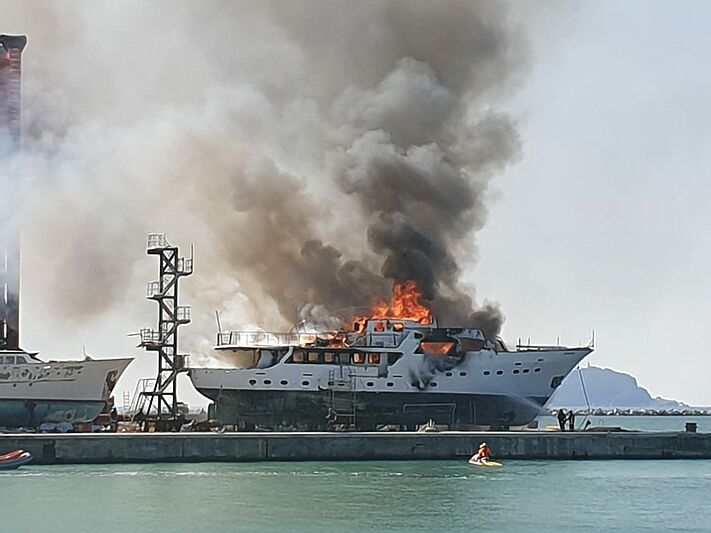 Hidalgo yacht fire at Antonini Navi