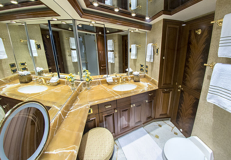 Wild Kingdom yacht bathroom
