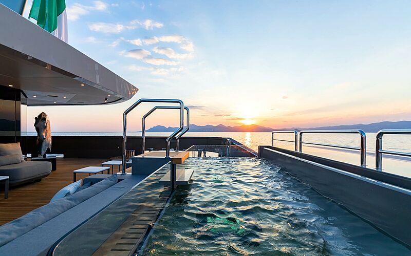 Solo yacht pool