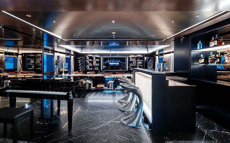 Solo yacht bar
