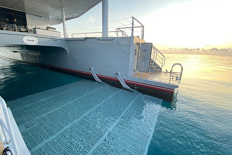 Magnet yacht stern platform