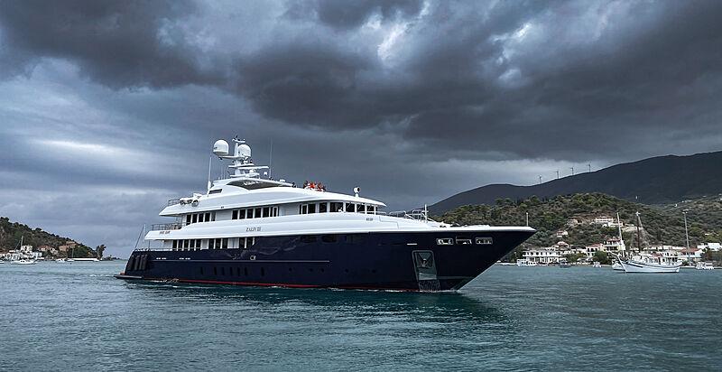 Zaliv III yacht by Mondomarine arriving in Poros, Greece