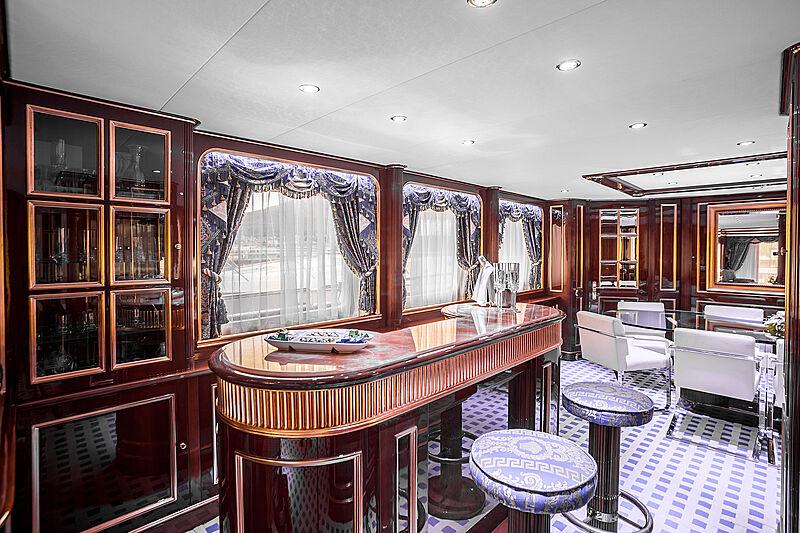 Pida yacht bar