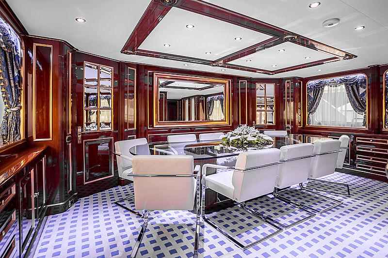 Pida yacht dining