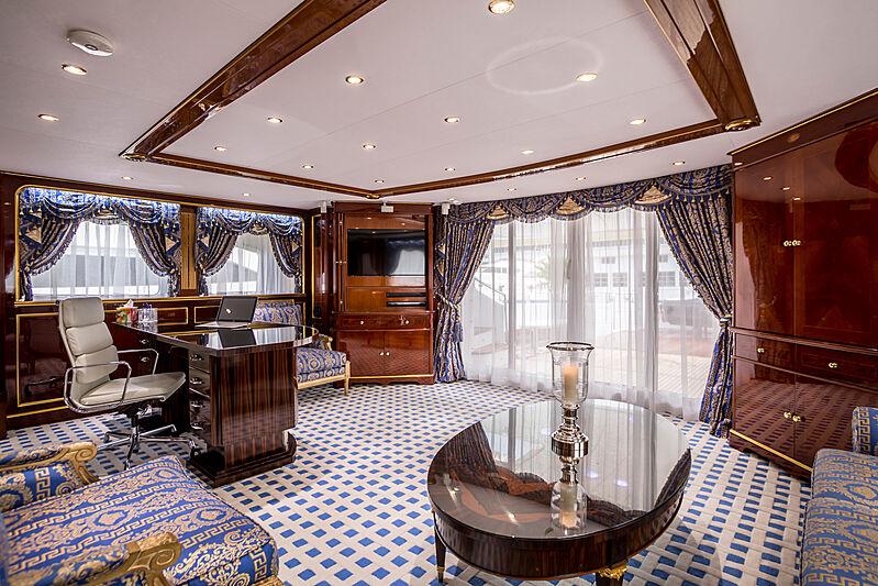 Pida yacht saloon