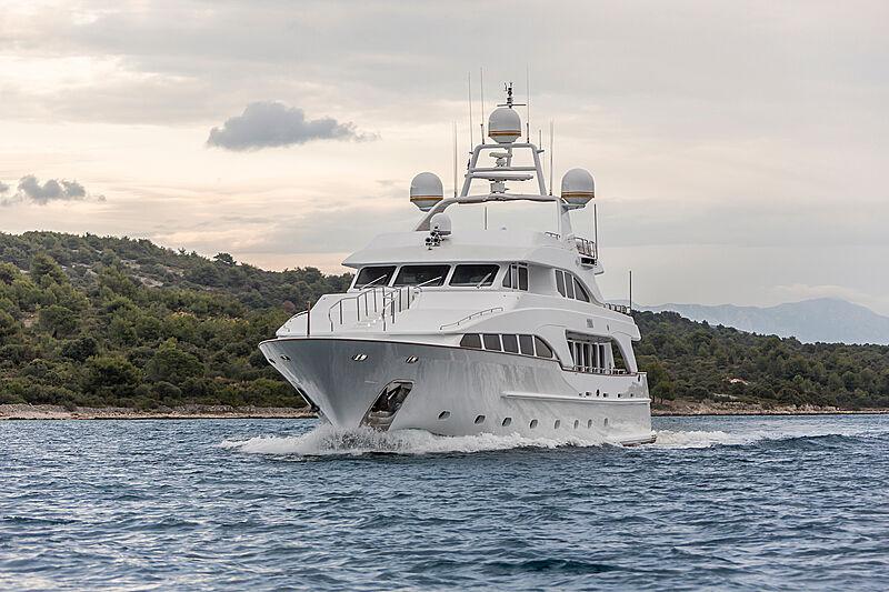 Pida yacht cruising