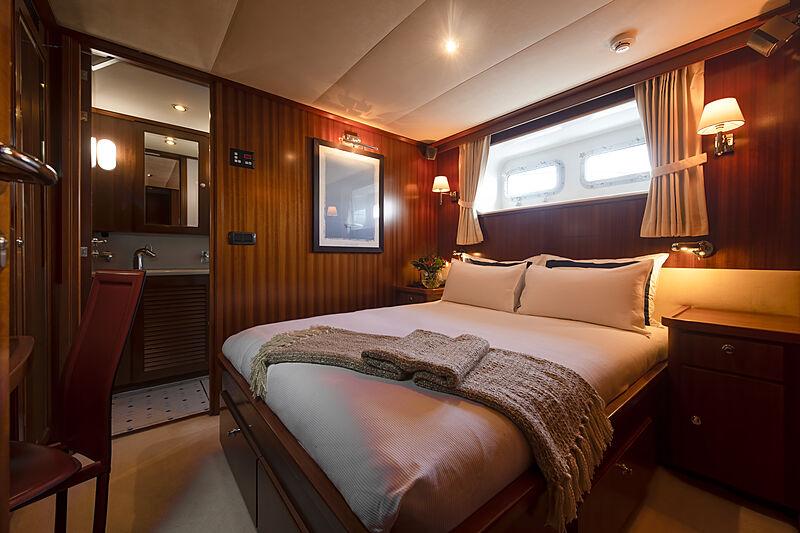 Espiritu Santo yacht stateroom