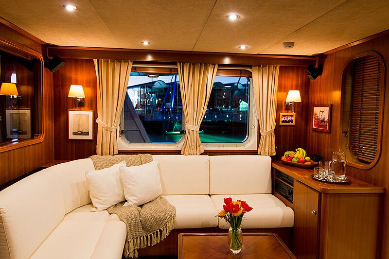 Espiritu Santo yacht saloon