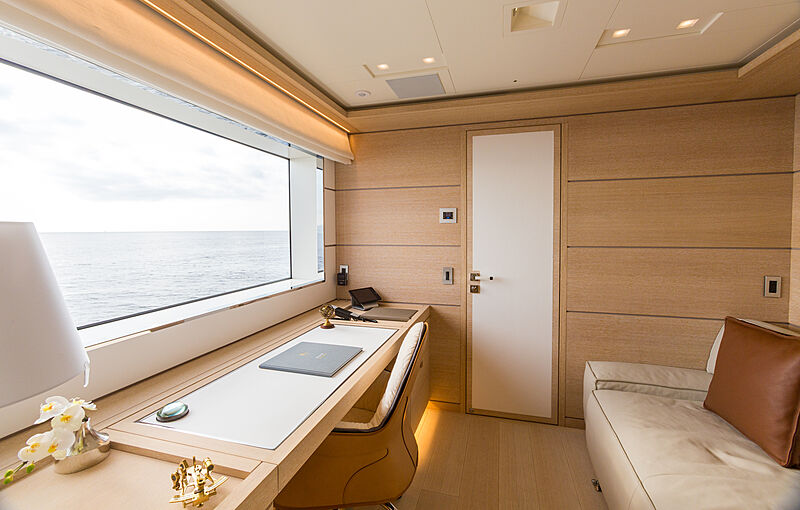 Narvalo yacht study room