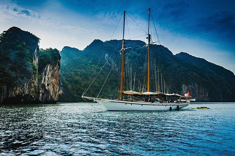 Dallinghoo yacht anchored